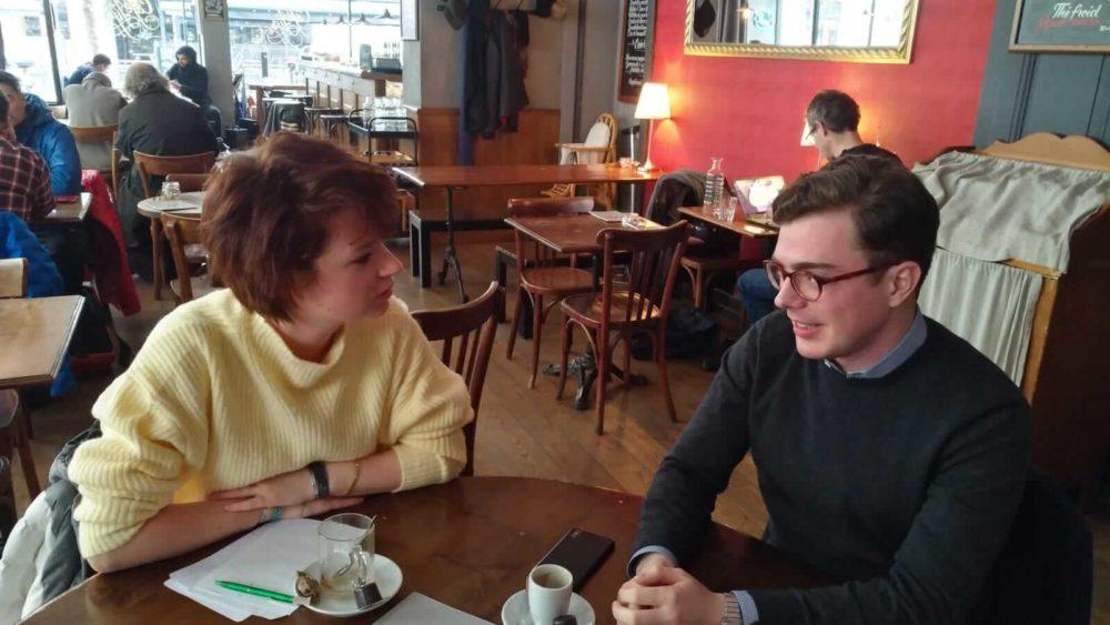 Deux jeunes politiciens débattent